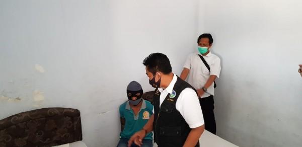 Pelaku pengedar narkoba saat ditangkap usai pesta sabu di sebuah hotel di Kecamatan Mojoagung, Jombang. (Istimewa)