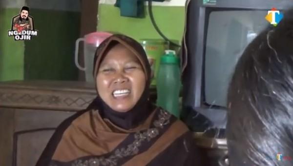 Seorang janda kerja jadi pembantu (Foto: YouTube JatimTIMES)