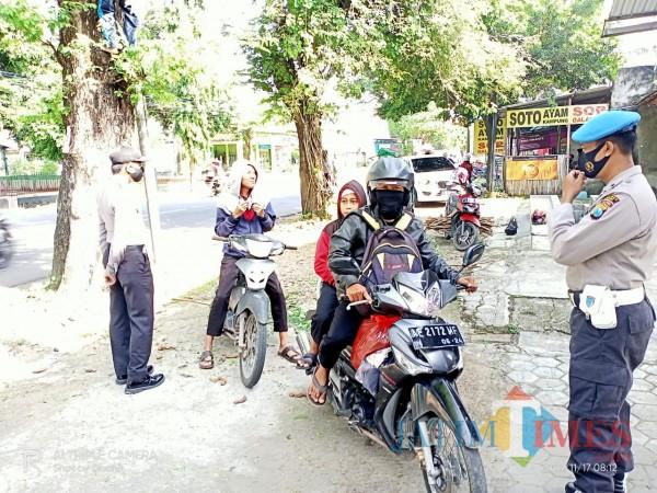 Aparat gabungan Polsek dan Koramil Widodaren Kabupaten Ngawi makin rutin melaksanakan razia penegakan protokol kesehatan