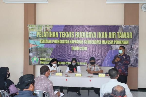 Ketua Komisi B DPRD Kota Malang, Trio Agus Purwono (baju batik) saat memberikan sambutan dan arahan dalam kegiatan pelatihan teknis budi daya ikan air tawar, Rabu (18/11). (Foto: Istimewa).