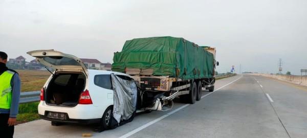 Kondisi mobil yang ditumpangi Ketua Tim Pemenangan SanDi, Hari Sasongko sesaat setelah terlibat keclakaan maut di Tol Ngawi menuju Solo (Foto : Istimewa)