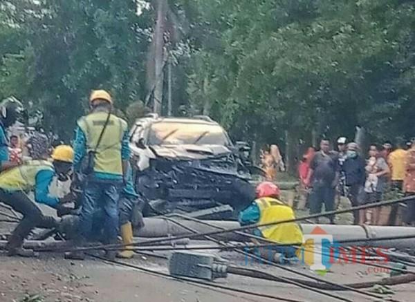 Mobil yang tertimpa tiang listrik milik PLN (Foto : Netizen )