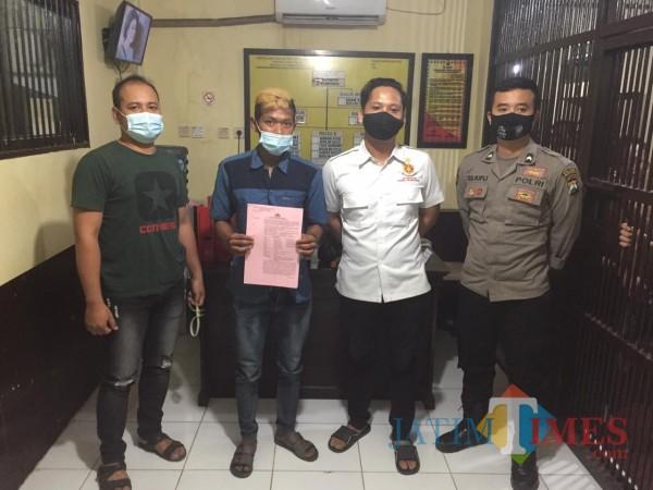 PR (bawa kertas merah muda) saat diamankan oleh petugas (dok. Reskrim)