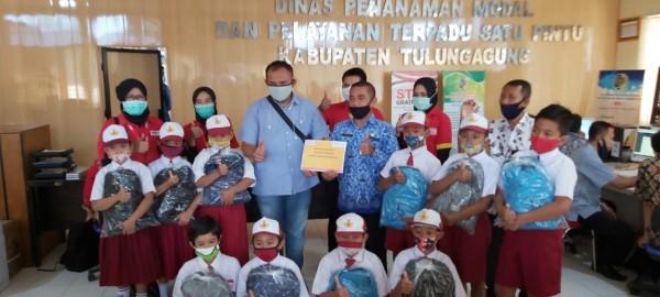 Penyerahan school kit dari PT Sumber Alfaria Trijaya kepada para siswa SD di Kabupaten Tulungagung. (Foto: Dok. PT. Sumber Alfaria Trijaya)