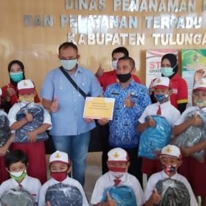 Bantu Siswa Tak Bosan Belajar, Alfamart Serahkan 100 School Kit  di Tulungagung