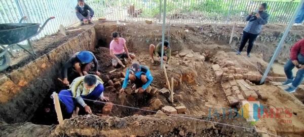 Beberapa petugas dari BPCB Jatim saat melakukan ekskavasi tahap 4 di situs Pendem,Desa Pendem, Kecamatan Junrejo.
