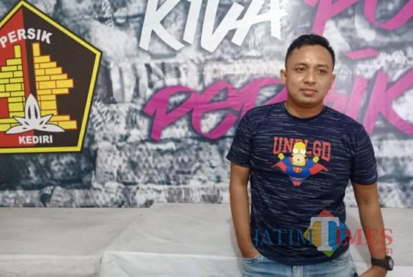 Media Officer Persik Kediri Anwar Bhahar Bassalah saat memberikan keterangan. (eko arif s/Jatimtimes)