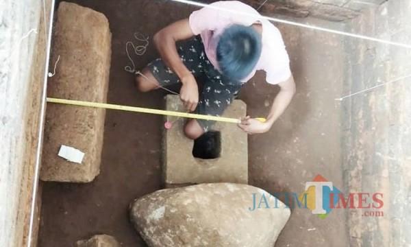 Petugas BPCB Jatim saat mengujur di area peripih Situs Pendem, Desa Pendem, Kecamatan Junrejo.