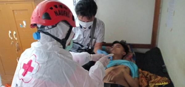 Petugas PMI saat memeriksa Muhammad Taufik yang meninggal di kos-kosan (istimewa)