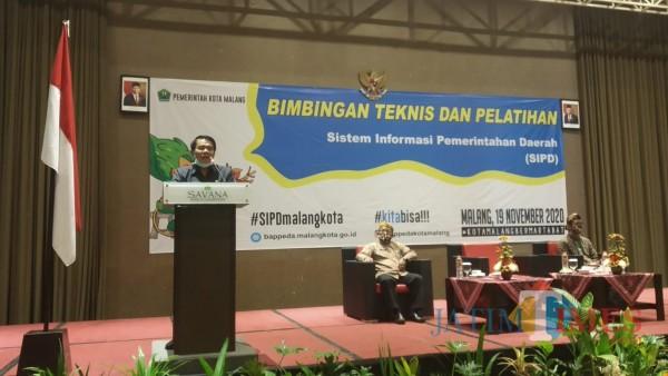 Sekretaris Daerah Kota Malang, Wasto (berdiri) saat membuka acara Bimbingan Teknis dan Pelatihan SIPD (Pipit Anggraeni/MalangTIMES).