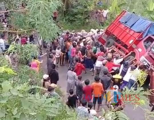 Tidak Kuat Menanjak, Truk Berjalan Mundur Lindas Pengendara Motor di Jember, Satu Tewas