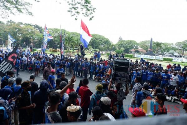 Aremania ketika melakukan aksi damai pada 16 November 2020. (Hendra Saputra)