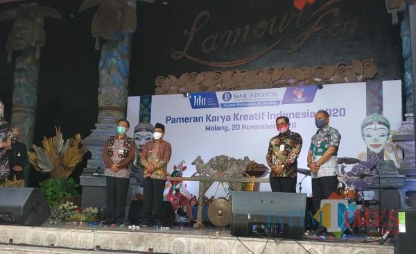 Dari kiri: Kepala BI Malang Azka Subhan, Wali Kota Malang Drs Sutiaji, Kepala OJK Malang Sugiarto Kasmuri dan Kepala Diskopindag Kota Malang Wahyu Setianto (Hendra Saputra/MalangTIMES)