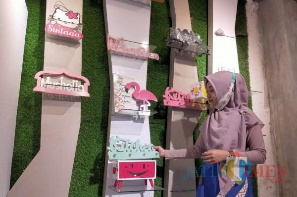 Hiasan dinding buatan Andik sukses tembus pasar Asia Tenggara.