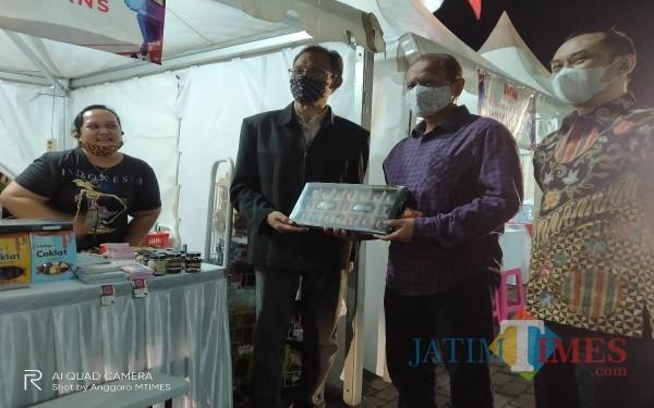 Kabid Perindustrian Fahmi Fauzan (tiga dari kanan) dan Kepala Diskopindag Wahyu Setianto (dua dari kanan). (Anggara Sudiongko/MalangTIMES)