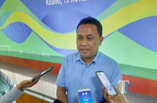 Kepala BPJS Ketenagakerjaan cabang Kediri  Agus Supriadi saat memberikan keterangan kepada awak media (Eko Arifrif S/ JatimTIMES)