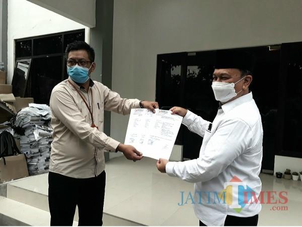 Miratul Mukminin (kanan) ketika melapor ke Bawaslu Surabaya.