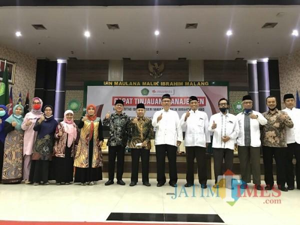 Para pimpinan UIN Malang berfoto bersama Ketua Komisi VIII DPR RI H Yandri Susanto dan Sekjen Kemenag RI Prof Dr H Nizar Ali MAg. (Foto: Ima/MalangTIMES)