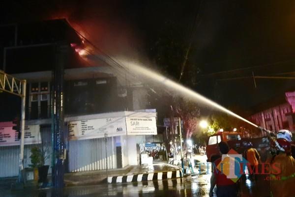Petugas PMK mencoba memadamkan api.(eko arif s/Jatimtimes)