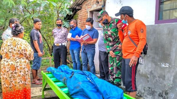 Petugas saat melakukan olah TKP di lokasi kejadian terpelesetnya Lebarianto (69) dan Tasemi (77) di tebing Sungai Seco, Jumat (20/11/2020). (Foto: Humas Polres Malang)
