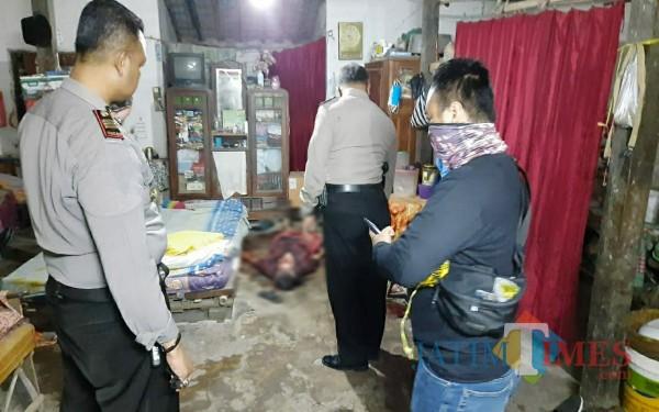 Polisi saat melakukan evakuasi dan olah TKP dugaan pembunuhan di Suruhan Lor, Kecamatan Bandung (Foto : Dokpol / Tulungagung TIMES)