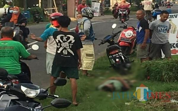Tubuh Saini sesaat setelah jatuh dari sepeda motornya. /Foto : Dokpol / Tulungagung TIMES