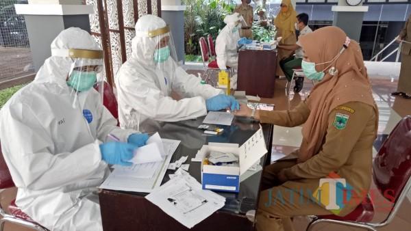 Petugas kesehatan saat melakukan rapid test kepada ASN di Balai Kota Among Tani beberapa saat lalu. (Foto: Irsya Richa/MalangTIMES)