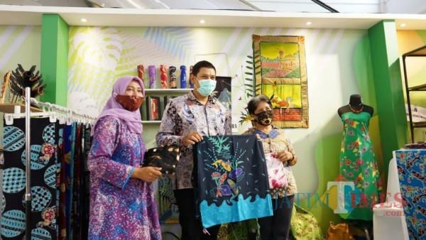 Wali Kota Kediri Abdullah Abu Bakar melihat stand pamer. (ist)