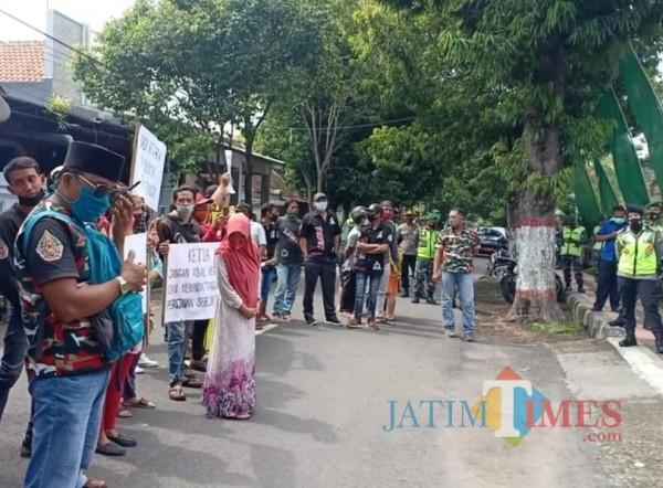 Warga melakukan aksi demo di  Kantor DPMPTSP Kota Blitar