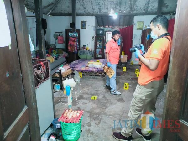 Petugas saat melakukan olah TKP di rumah korban. (Joko Pramono for Jatim TIMES)