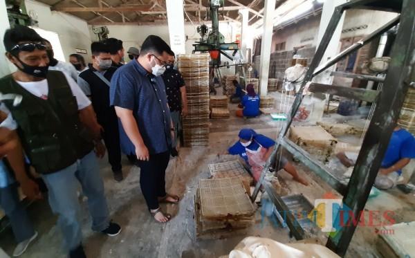 Calon Bupati Kediri Hanindhito Himawan Pramono saat berkunjung di salah satu Pabrik krupuk.(eko arif s/Jatimtimes)