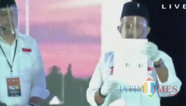 Calon Wakil Wali Kota Surabaya, Armuji saat menunjukkan surat kontrak politik yang sudah dia tanda tangani