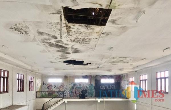 Kondisi plafon Gedung Kesenian mBatuaji yang rusak. (Foto: Irsya Richa/MalangTIMES)