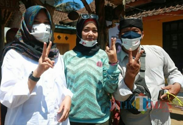 Masliha (tengah) mendampingi Cabup Banyuwangi Ipuk Fiestiandani saat berkunjung ke Kampung Mandar (Nurhadi Banyuwangi Jatim Times)