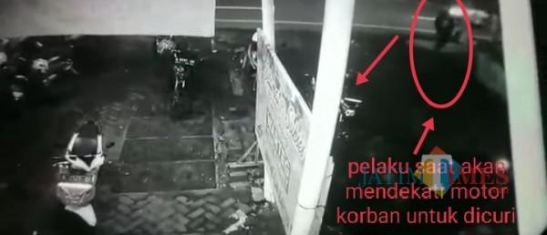 Pelaku pencurian saat akan beraksi menggasak motor manager outlet ayam geprek kak rose (Anggara Sudiongko/MalangTIMES))