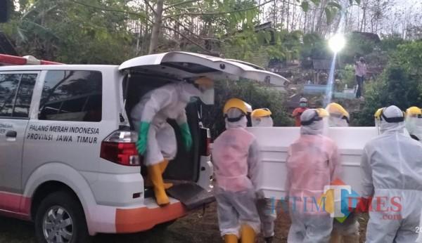 Prosesi pemakaman covid yang dilakukan oleh relawan PMI (foto : istimewa)
