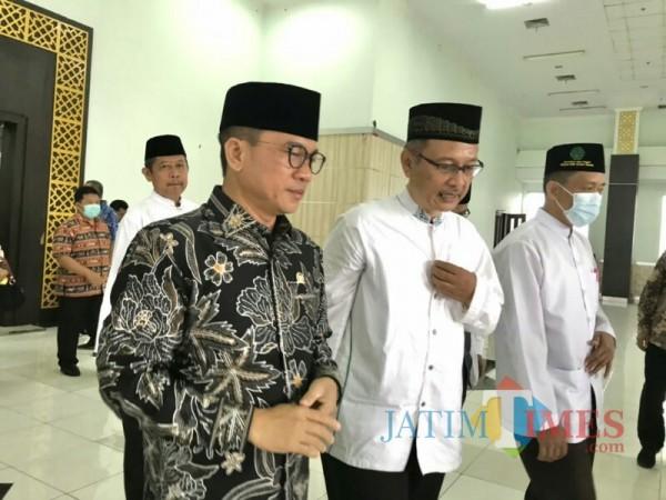 Rektor UIN Malang, Prof Dr Abdul Haris MAg bersama dengan Ketua Komisi Ketua Komisi VIII DPR Yandri Susanto (memakai batik). (Foto: Ima/MalangTIMES)
