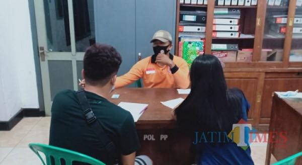 Pasangan bukan suami istri saat dimintai keterangan di kantor satpol PP. (eko arif s/Jatimtimes)