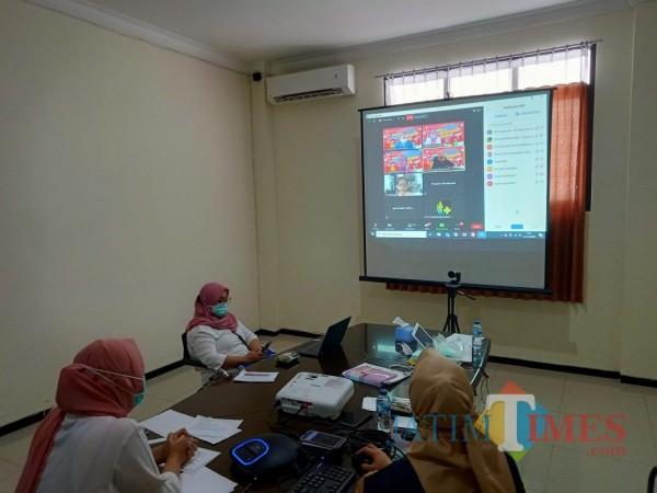 Webinar dengan tema Update Terkini Tata Laksana Covid-19 digelar Dinas Kesehatan Kab Bblitar dan RS Medika Utama.(Foto : Aunur Rofiq/BlitarTIMES)