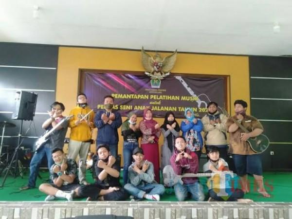 Anjal saat diberi kesempatan bermusik oleh Dinsos-P3AP2KB Kota Malang (foto dok MalangTIMES)