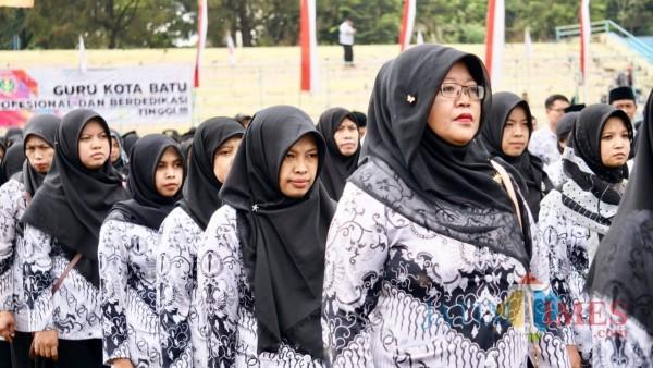 Beberapa guru saat mengikuti upacara di Stadion Brantas, Kota Batu. (Foto: Irsya Richa/MalangTIMES)