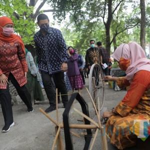 Buka Dhoho Street Fashion, Gubernur Khofifah Berharap Bangkitnya UMKM Tenun Ikat