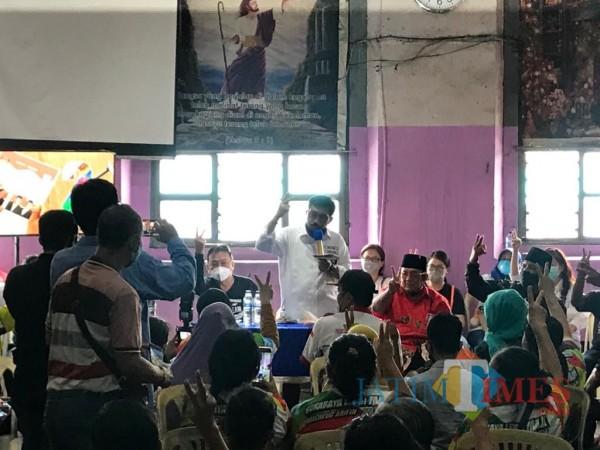 Machfud Arifin ketika bertemu dengan ratusan warga yang tinggal di bangunan cagar budaya Gedung Seh-Tan.