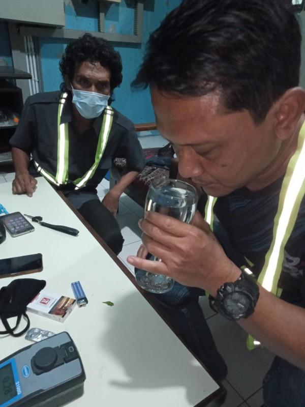 Petugas saat mengecek kualitas air PDAM Kota Malang (Istimewa).