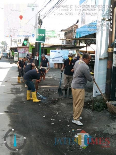 Para personel Satgas DPUPRPKP yang tengah membersihkan sedimentasi dikawasan Galunggung (DPUPRPKP for MalangTIMES)
