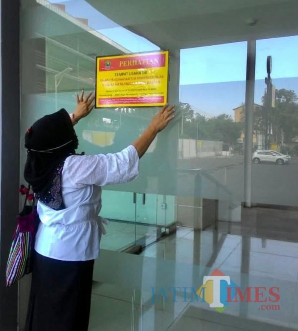 Tim Bapenda Kota Malang melakukan pemasangan stiker dan segel peringatan kepada WP Pajak Hotel, Resto, Parkir dan Air Tanah (Dokumentasi Bapenda Kota Malang).