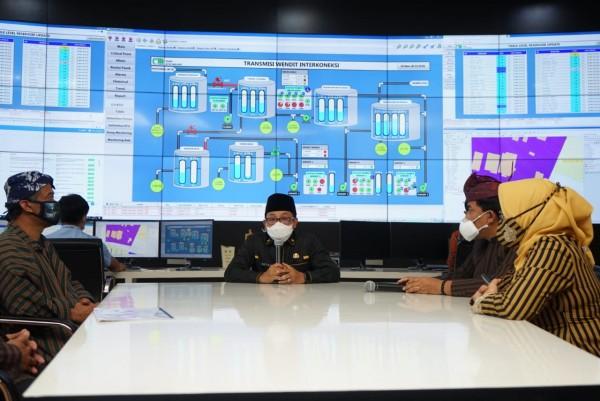 Wali Kota Malang Sutiaji (tengah) saat memantau progress air bau solar di kantor PDAM Kota Malang (Humas Pemkot Malang).