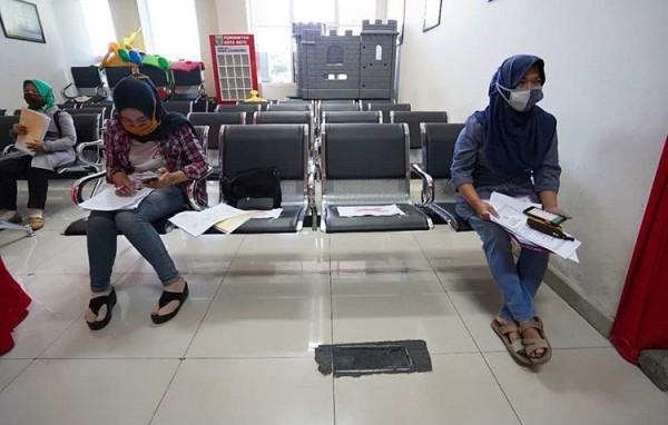 Warga Kota Batu saat mengantre mengurus di kantor Dispendukcapil. (Foto: Irsya Richa/MalangTIMES)