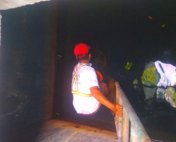Petugas PDAM Kota Malang saat melakukan upaya pembersihan tandon yang terkontaminasi solar. (Istimewa).