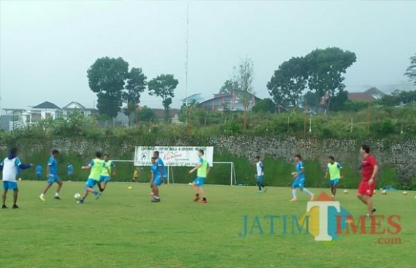 Arema FC saat berlatih di Lapangan Kusuma Agrowisata beberapa saat lalu. (Foto: MalangTIMES)